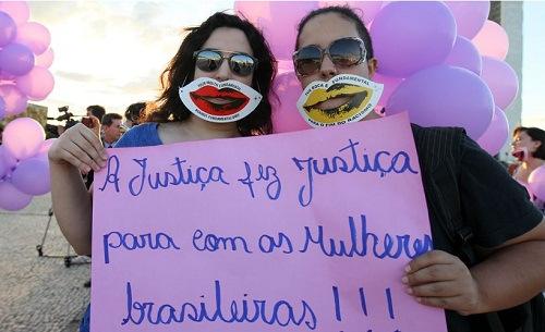 Comemoração em frente o STF. Foto de Sergio Lima/Folhapress.