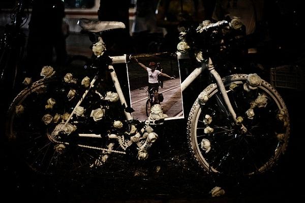 16/01/2008 - Bicicletada em homenagem a Márcia Regina de Andrade Prado, morta no dia 14 de janeiro, ao ser atropelada por um ônibus enquanto pedalava na Av. Paulista, em São Paulo. Foto de Paulo Fehlauer no Flickr em CC, alguns direitos reservados.