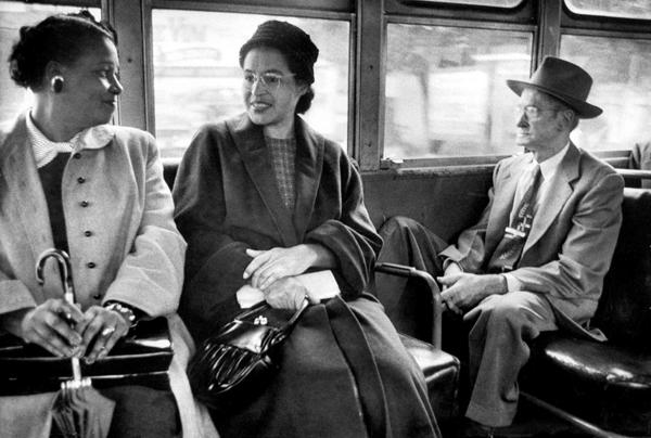 Rosa Parks em um ônibus, com outras pessoas, após a decisão jurídica que pôs fim a segregação racial nos ônibus na cidade americana de Montgomery. Foto de Don Cravens/Time Life Pictures.