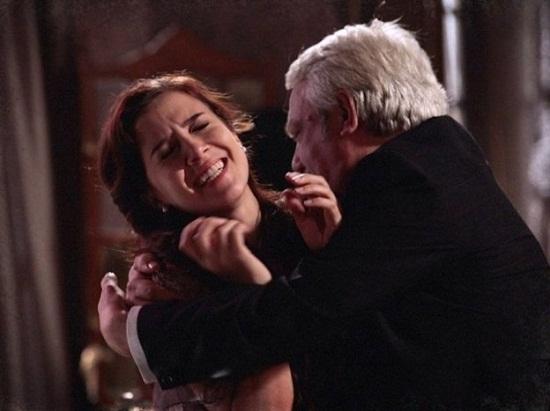 Laura é agarrada pelo Senador Laranjeiras. Foto: Lado a Lado/TV Globo.