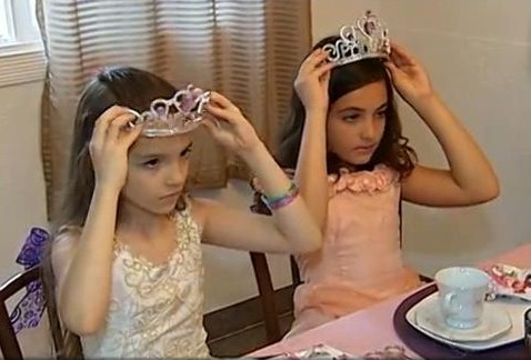"""Cena da reportagem """"Empresária cria """"Escola de Princesas"""" em Uberlândia, MG"""" exibida em 03/01/2013 pelo telejornal MG-TV."""