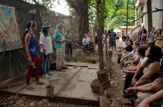 Atividade cultural na Aldeia. Fonte: Vírus Planetário.