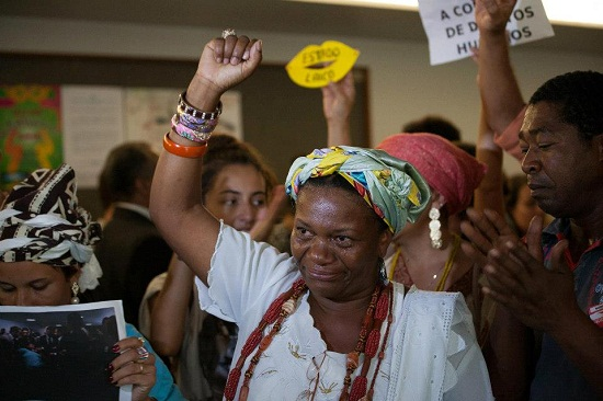 Comissão de Direitos Humanos barra manifestantes durante votação. Foto de Zeca Ribeiro no Facebook.