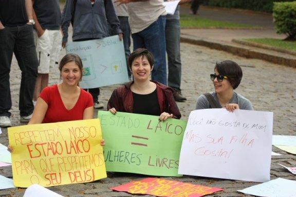 Estado laico = mulheres livres. Minha participação na 1ª Marcha pelo Estado laico de Belo Horizonte (setembro de 2010).  Foto de Cynthia Semiramis, arquivo pessoal.