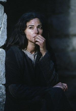 """Monica Bellucci como Maria Madalena no filme """"A Paixão de Cristo"""" (2004)."""