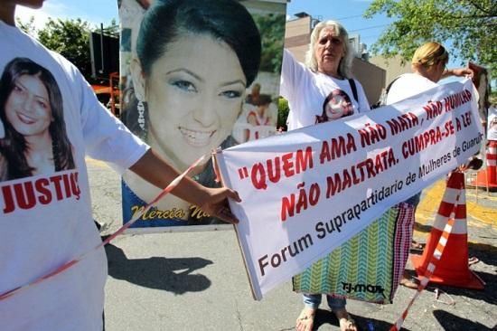 Manifestantes pedem a condenação de Mizael Bispo em frente o fórum de Guarulhos. Foto de Werther Santana/Estadão.