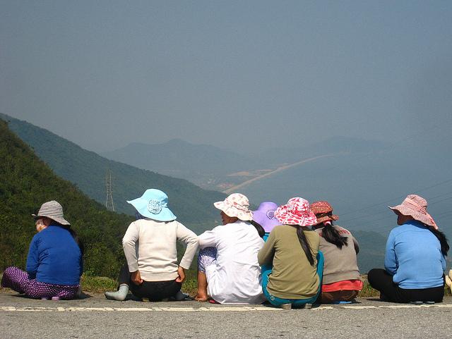 Trabalhadoras vietnamitas num momento de descanso. Foto de dreamponderCreate no Flickr em CC, alguns direitos reservados.