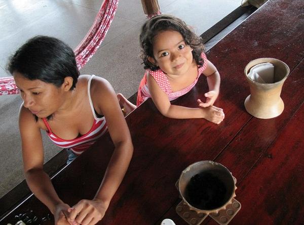 Gilmara Alberta e sua filha. Foto de Lirian Monteiro com autorização.