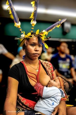 Amamentação durante as manifestações indígenas no Congresso Nacional. Foto de Alexandre Amarante no facebook.