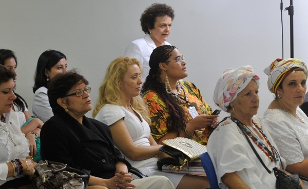 A ministra Eleonora Menicucci, da SPM (ao fundo) chega ao evento de divulgação dos dados atualizados do Ligue 180. Foto de Antonio Cruz/Agência Brasil.