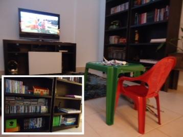 A mesa da criança e a prateleira dos filmes infantis na estante da família. Foto de Amanda Vieira.