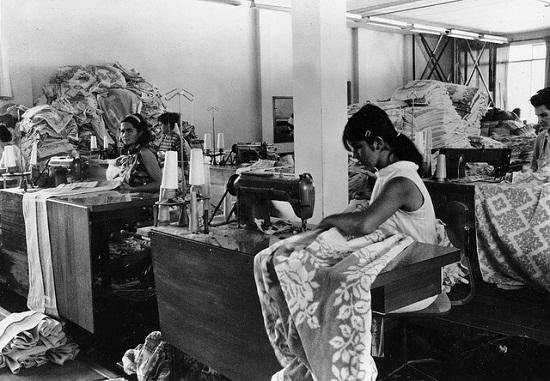 Mulheres trabalhando em máquinas de costura nos anos 70. Foto de Kheel Center, Cornell University no Flickr em CC, alguns direitos reservados.