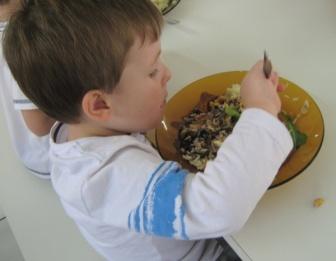 Menino comendo na creche