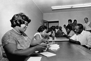 Voluntários registrando eleitores na Geórgia, em 1965. Foto de U.S. Embassy The Hague no Flick de creative commons, alguns direitos reservados.