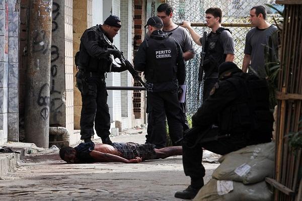 24 de junho - Chegou a 10 o número de mortos no complexo de favelas da Maré, na zona norte do Rio. Foto de Wilson Junior/Estadão.