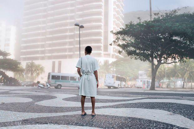Diarista na praia de Copacabana. Foto de Olivia Gay. Uma exposição no Rio de Janeiro vai mostrar através de fotografias o cotidiano de algumas empregadas domésticas que trabalham na cidade. As imagens são de autoria da fotógrafa francesa Olivia Gay, que viveu entre novembro e dezembro de 2012 no Rio de Janeiro.