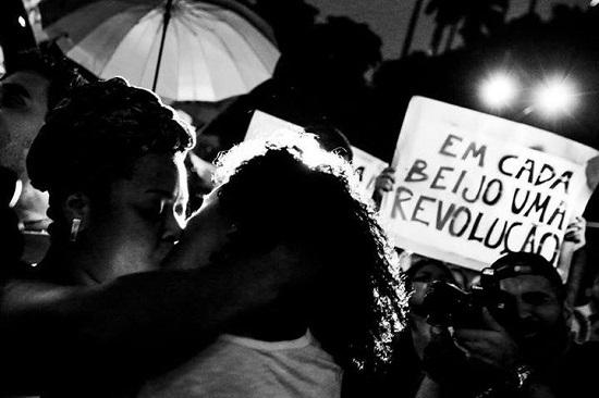 'Em cada beijo, uma revolução'. Foto de BeijATO no Facebook.