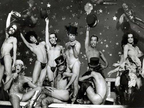 Grupo Dzi Croquettes chocou e encantou público e artistas da década de 70, e após ser censurado pela ditadura militar caiu nas graças da vanguarda parisiense. Foto: Acervo CPDoc JB.