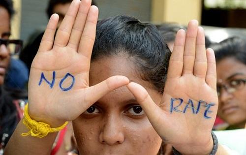 Estudante faz protesto contra estupros na cidade indiana de Hyderabad. Foto de AFP.