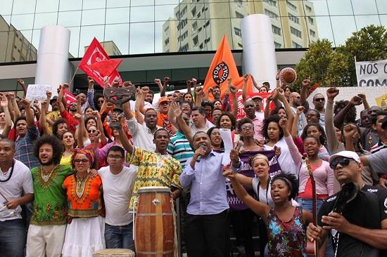 Protesto em frente ao Tribunal de Justiça do Paraná. Foto de Uanilla Piveta/APP-Sindicato (2013).