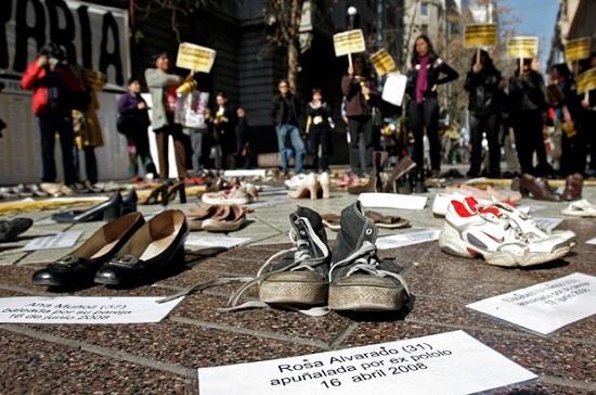 Protesto realizado em Santiago, no Chile, contra violência sexual e doméstica com mulheres. Foto de Santiago Llanquin/AP.