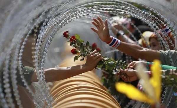 Cena de um protesto em Bangkok, Tailândia. Foto de Wason Wanichakorn/AP Photo.