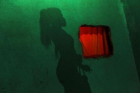 """oto de Ana Carolina Fernandes. Parte da série fotográfica: """"Mem de Sá, 100"""". O projeto nasceu depois de quase três anos de observação da rotina das travestis num casarão antigo na Lapa, no Rio de Janeiro."""