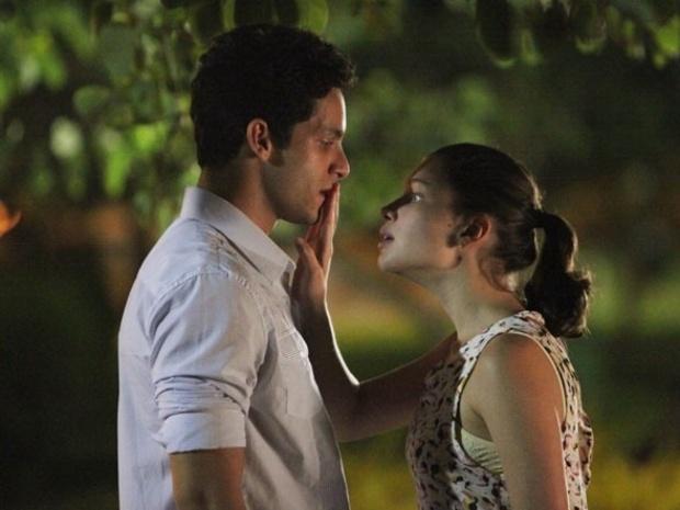 Rafael (Rainer Cadete) e Linda (Bruna Linzmeyer) em cena da novela da Rede Globo 'Amor à Vida'. Foto: Rede Globo/Divulgação.