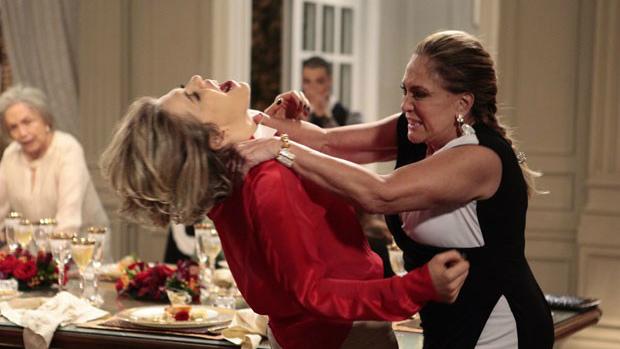 Cena da novela 'Amor à Vida' (2013) em que Pilar (Susana Vieira) descobre que Edith (Barbara Paz) teve um relacionamento com seu marido enquanto era garota de programa.