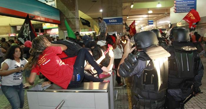 Manifestantes e policiais se enfrentam em estação do metrô do Rio após protesto contra aumento na tarifa. Foto de Domingos Peixoto/Agência O Globo.