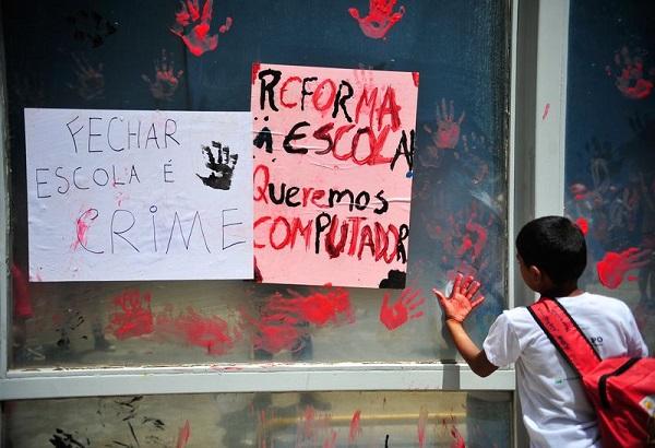 Crianças e educadores do Movimento dos Sem Terra (MST) protestam no Ministério da Educação, para entregar um manifesto sobre o fechamento de escolas rurais nos últimos 12 anos. Foto de Marcelo Camargo/Agência Brasil.