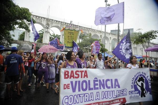 Rio de Janeiro - Na Lapa, integrantes do Bloco Arrastão Feminista defendem os direitos das mulheres e protestam contra a violência. Foto de Tânia Rêgo/Agência Brasil.