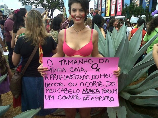 Manifestante na Marcha das Vadias de Brasília/DF 2013. Foto de Foto: Luciana Cobucci / Terra.