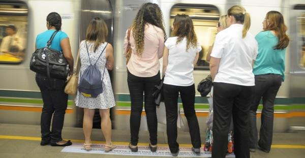 Mulheres aguardam o metrô no Distrito Federal. Foto de Mary Leal/Agência Brasília.