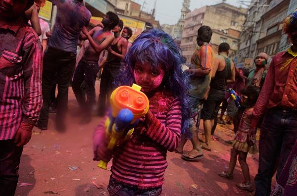 Menina indiana participa das celebrações do Holi, o festival hindu das cores. Foto de Anupam Nath/Associated Press.
