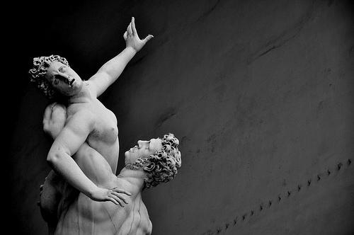 Estátua: O Rapto das Sabinas, de Giambologna, na Loggia dei Lanzi, em Florença, Itália. Foto de thom no Flickr em CC, alguns direitos reservados.