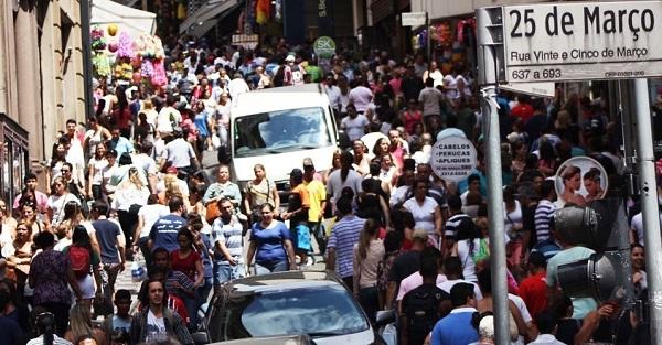 Rua 25 de março, maior centro de comércio popular do país em São Paulo. Foto de Renato S. Cerqueira/Futura Press.