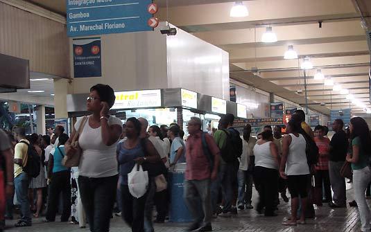 Passageiros em estação de trem no Rio de Janeiro. Foto de Tássia Thum / G1.