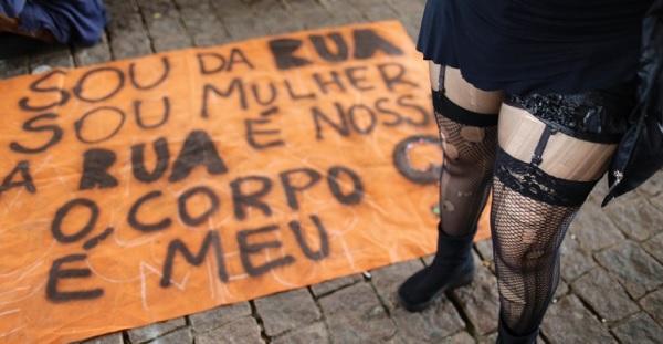 """Manifestantes se concentram no vão livre do Masp para a 4° Marcha das Vadias de São Paulo, com o lema """"Quem cala não consente!"""". Foto de Nelson Antoine/Fotoarena/Estadão."""