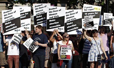 Ativistas pró-escolha numa manifestação. Foto de Peter Muhly/AFP/Getty. Images