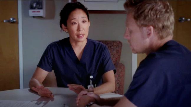 Cena do seriado americano Grey's Anatomy com Cristina (Sandra Oh) e Owen (Kevin McKidd).