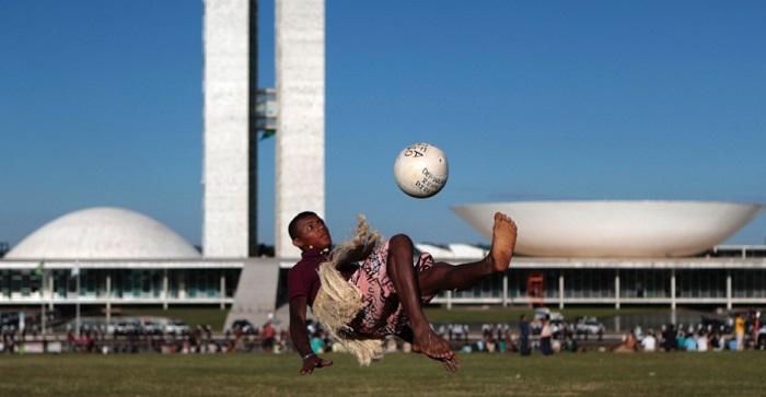 Protestos de indígenas contra a Copa em frente o Congresso Nacional. Foto de Joedson Alves/Reuters.