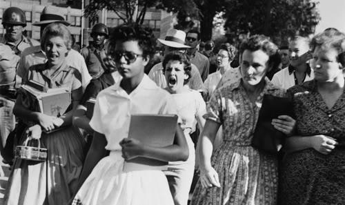 Em 1957, nos Estados Unidos, nove jovens negros  foram selecionados pela direção do principal colégio da cidade, o Central High School, para cumprir a ordem judicial de integração racial no país.  Foto de Will Counts.