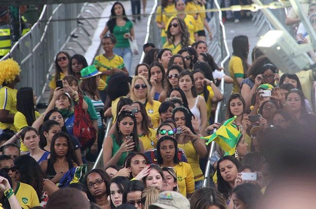 Público feminino era maioria na Fan Fest do Anhangabaú em São Paulo. Foto de Paulo Anshowinhas/UOL.