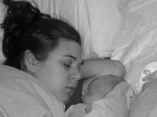 Sarah Bregel e seu bebê.