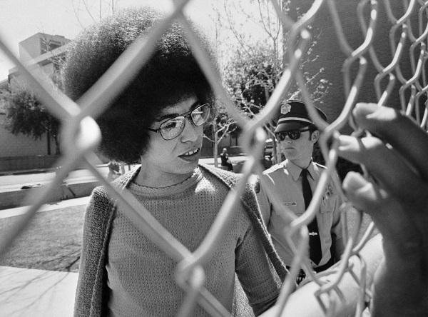 Angela Davis chega ao tribunal em 1972. Foto: Getty Images.