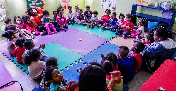 Alunos do CEI (Centro de Educação Infantil) Lar de Crianças Ananda Marga participam do 'círculo do amor', uma acolhida 'zen' antes do café da manhã. A creche fica no Jardim Peri, zona norte de São Paulo, e atende 111 crianças de zero a 3 anos. Foto de Leonardo Soares/UOL.