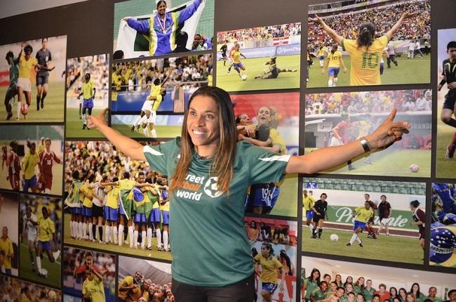 A jogadora Marta inaugura o Espaço Futebol para Igualdade com a exposição 'Mulheres em Campo: Driblando Preconceitos'. Foto de Fernando Frazão/Agência Brasil.