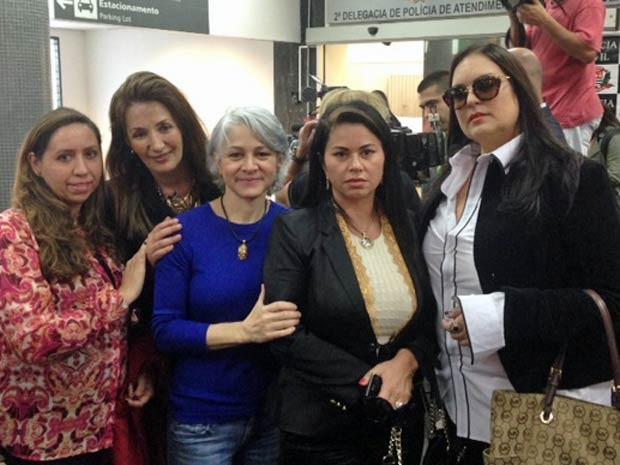 Mulheres, vítimas do ex-médico Roger Abdelmassih foram ao aeroporto de São Paulo celebrar sua prisão. Foto de Lívia Machado/G1.