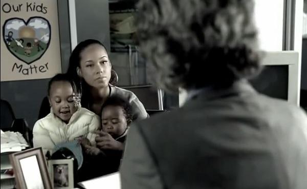 """Cena do clipe """"Superwoman"""" de Alicia Keys."""